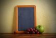 lavagna sulla mensola di legno con la frutta