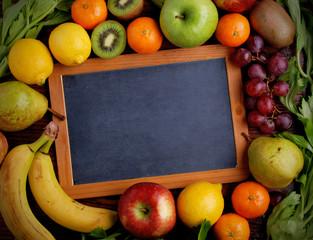 lavagna con frutta assortita intorno