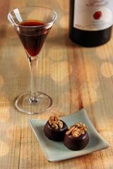 portwein und zwei pralinen