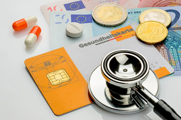 Stethoskop mit Gesundheitskarte auf Geldscheinen