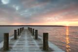 Fototapety einsamer Holzsteg zum Sonnenaufgang
