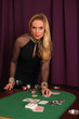 Attraktive Frau am Pokertisch