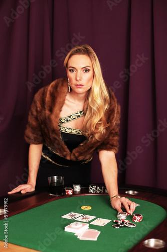 Frau im Pelz im Casino