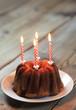 Marmorkuchen mit Kerzen und Textfreiraum