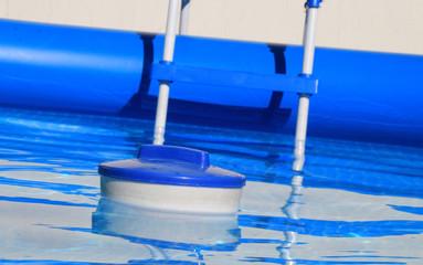 Swimminpool mit Schwimmkörper
