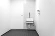 kleiner Raum mit Waschbecken © Matthias Buehner