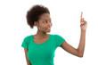 Farbige Frau isoliert in Grün mit Zeigefinger