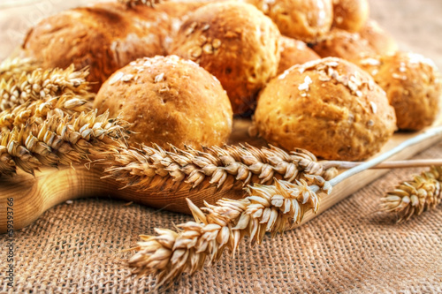 In de dag Brood Fresh homemade buns with wheat ears
