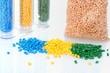 Masterbatch Kunststoffgranulat Farbig im Glas und Haufen