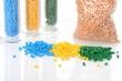 Drei Häufchen farbiges Masterbatch Kunststoffgranulat