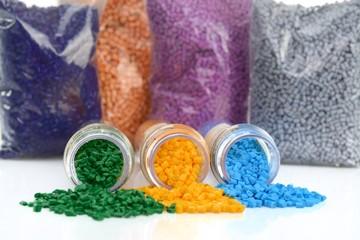 Glasröhrchen mit farbigen Masterbatch Kunststoffgranulat