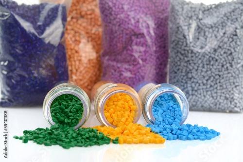 Leinwandbild Motiv Glasröhrchen mit farbigen Masterbatch Kunststoffgranulat
