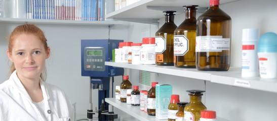 Junge Laborantin im Labor