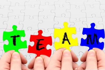 Farbige Puzzleteile symbolisieren Teamwork