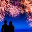 Zwei Menschen genießen ein Feuerwerk