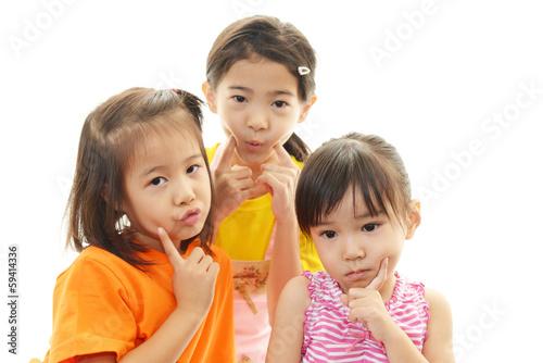 困った表情の子供たち