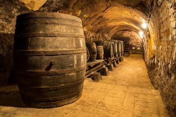 Alte Holzfässer im Weinkeller