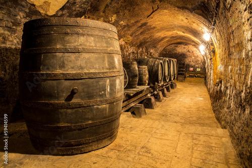 Alte Holzfässer im Weinkeller - 59414599