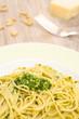 Teller mit Spaghetti und Pesto