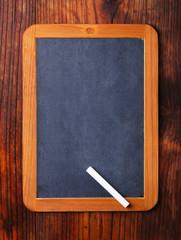 lavagna nera sulla tavola di legno