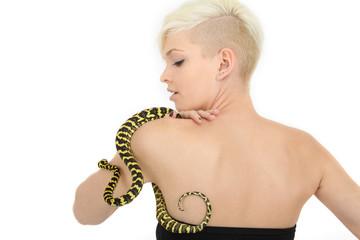 Blondine mit Schlange