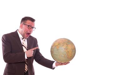 Geschäftsmann freut sich und zeigt sein Urlaubsort auf