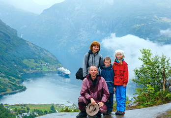 Family above Geiranger Fjord (Norge)