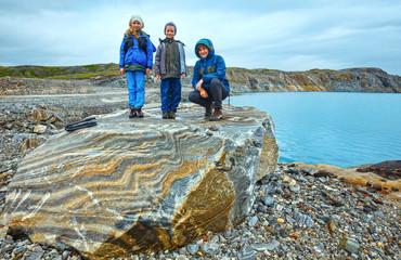 Family near reservoir Storglomvatnet (Meloy, Norge)