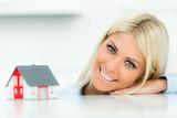 frau plant eine immobilie