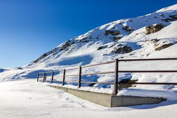 Ringhiera in montagna con neve