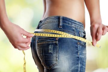 den Umfang der Jeans messen