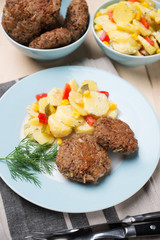 Kartoffelsalat mit Dill und Sojabratlingen