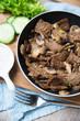 Gebratenes, dunkles Sojafleisch mit Champignons