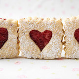 Fototapeta Kruche ciasteczka z czerwonym serduszkiem