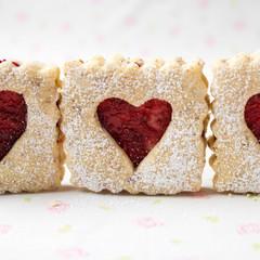 Herzkekse mit Marmelade gefüllt