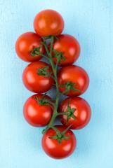 rote tomaten auf blauen hintergrund