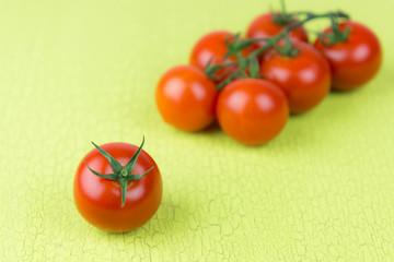 tomaten auf grünen untergrund