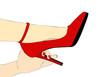 Una mano di donna stringe il tacco della scarpa