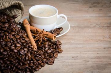 anis und zimt auf kaffeebohnen