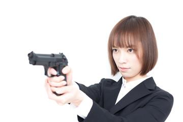 拳銃を構える女性