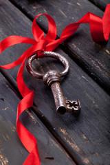 Schlüssel mit roten Schleifband