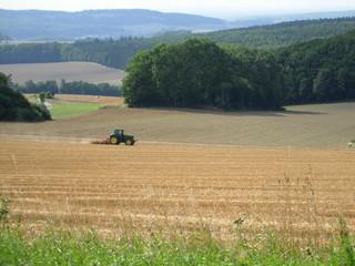 Landschaft mit Traktor