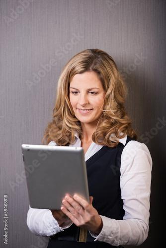 portrait geschäftsfrau mit tablet
