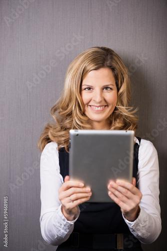 blonde frau mit tablet-computer