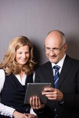 geschäftsleute lesen am tablet-pc