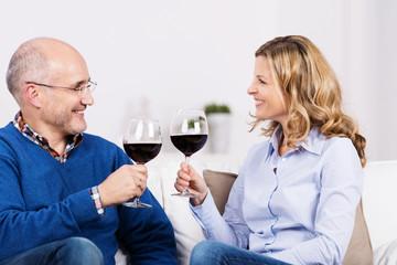 ehepaar trinkt ein plas rotwein zusammen