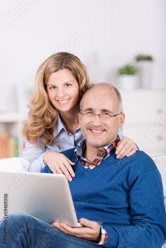 glückliches paar mit laptop zu hause