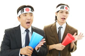 応援する二人のビジネスマン