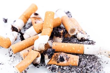 aschenbecher mit zigaretten detail aufnahme isoliert