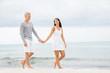 junge frau und mann pärchen paar am strand im sommer